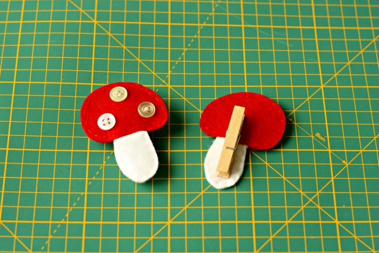 Ciupercute pufoase din fetru si nasturi